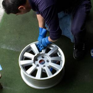 炭釜タイヤ商会の工場でのホイール磨き作業光景