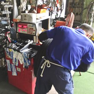 炭釜タイヤ商会の工場でのタイヤホイールバランス調整作業光景