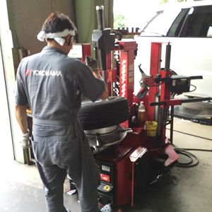 炭釜タイヤ商会の工場でのタイヤ交換作業光景